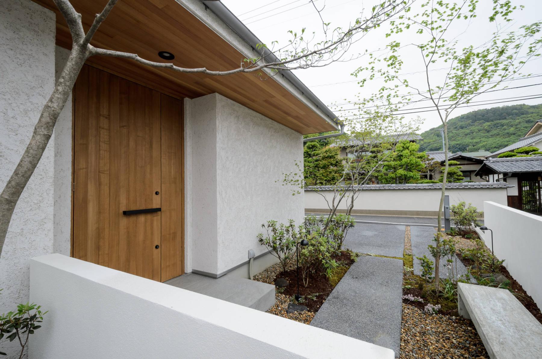 二つ庭の家 スキップフロアとガレージのある