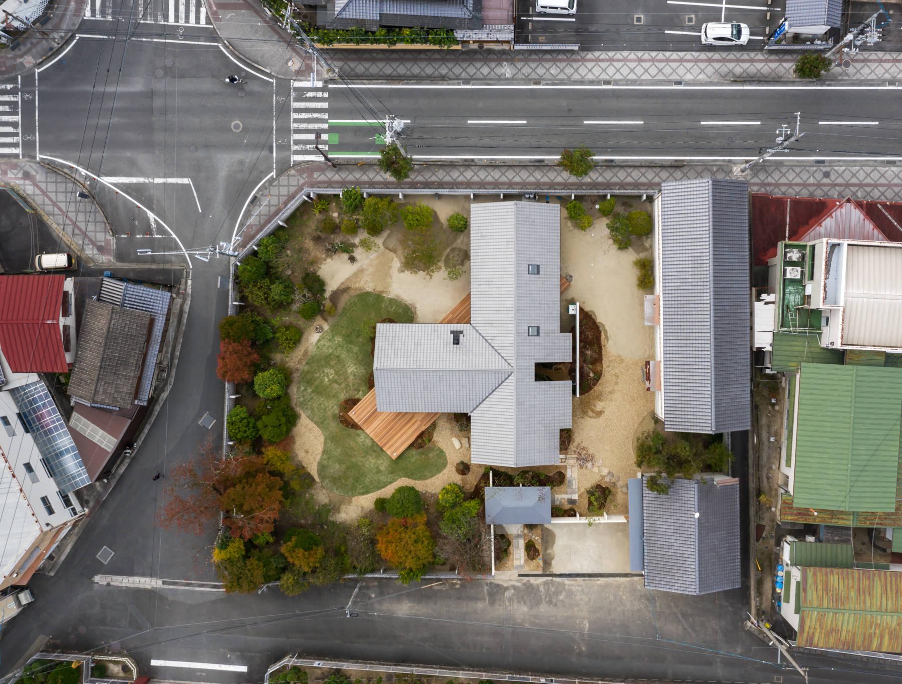 高梁の家 街並みに溶け込む瓦屋根の平屋